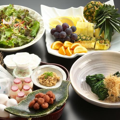 【朝食】サラダ&ドリンクバー フルーツ・ヨーグルト、秋田漬物いぶりがっこもご用意しております!