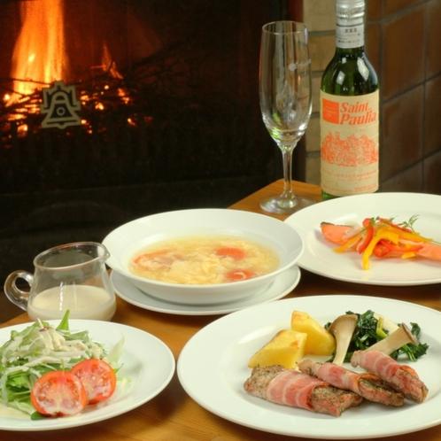 夕食は家庭的な洋食コースになります。
