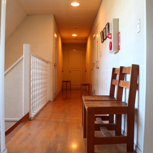 館内は木製の家具が並び温かなイメージ