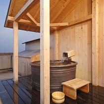 【客室露天風呂】バルコニーからの景色を楽しみながらのんびりお入りくださいませ♪