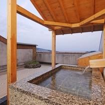 【客室露天風呂】いつでもご自由にお入りいただける客室露天風呂をごゆっくりお楽しみくださいませ。