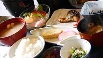 *【和朝食】焼き魚、サラダ、小鉢、お味噌汁、奈良漬など老舗旅館らしい和定食。