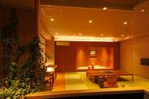 <特別客室 おがたま>匠が手掛けたデザイナーズ半露天風呂。