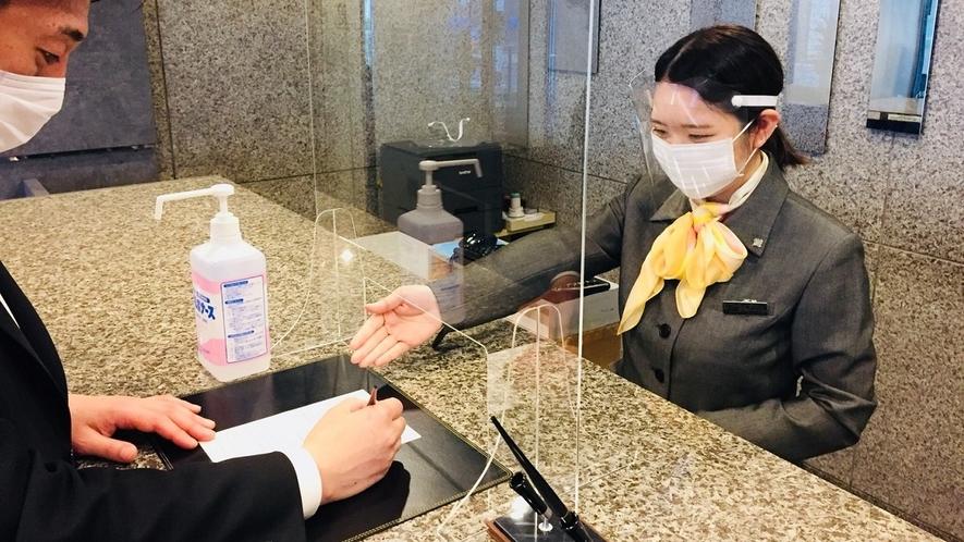 フロント・レストラン従業員は飛沫防止のためマスク及びフェイスシールドの着用を義務づけております。