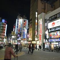 アクセス良好。JR新宿駅東口より徒歩8分、西武新宿駅北口より徒歩2分。