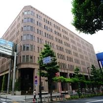 【新宿区役所本庁舎】当館から徒歩約7分
