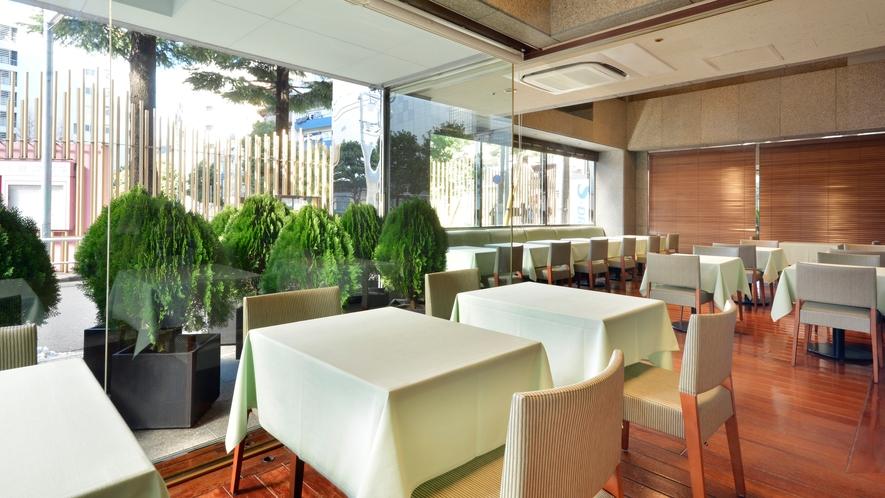 柔らかな朝日を浴びながら、CABIN新宿自慢の朝食で一日のパワーチャージを。