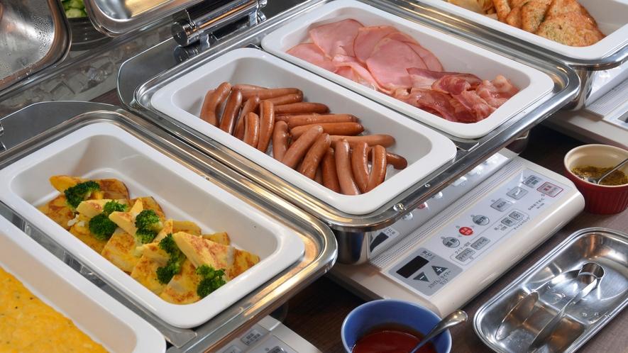 卵・肉料理は数種類のレパートリーから毎日2種類を日替わりでご用意しております。