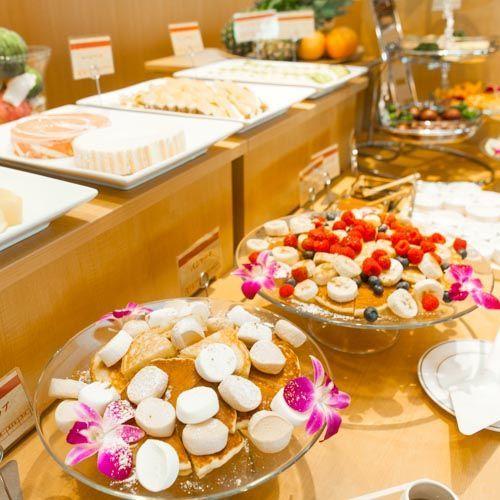朝食バイキング まるでハワイの朝食。宝石のようにカラフルなフルーツが散りばめられたパンケーキ