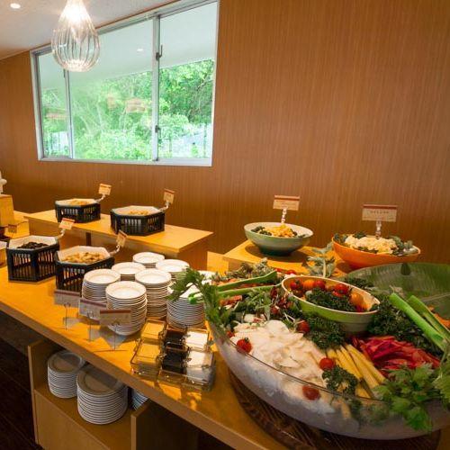 朝食バイキング 新鮮野菜コーナーのサラダは、インパクト抜群