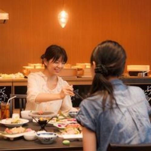 メインダイニング「菜摘」お食事は会席料理+ハーフビュッフェスタイルで