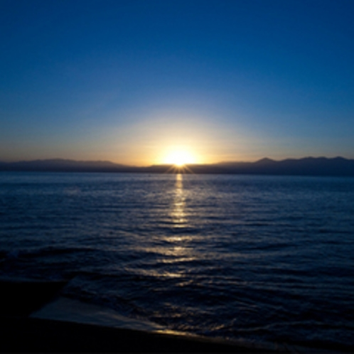 目の前の錦江湾からのぼる煌めく朝日
