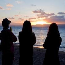 すぐ、目の前の錦江湾から眺める朝日は格別です。