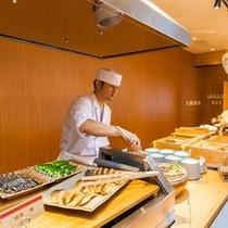 朝食バイキング オープンキッチンでは、出来立ての料理が楽しめる