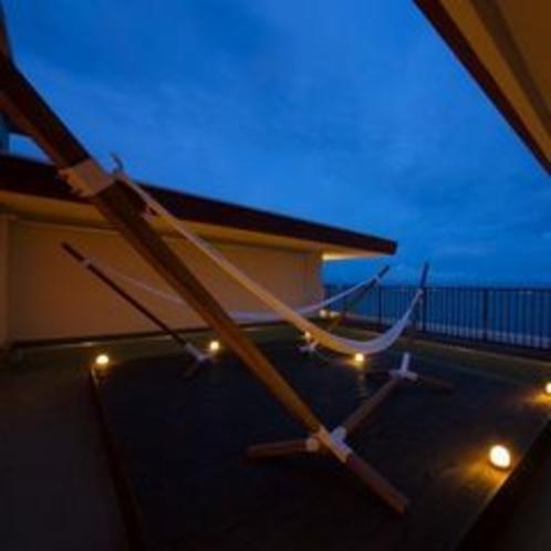 月のテラス 屋上に設置したハンモックで夜空を見上げて
