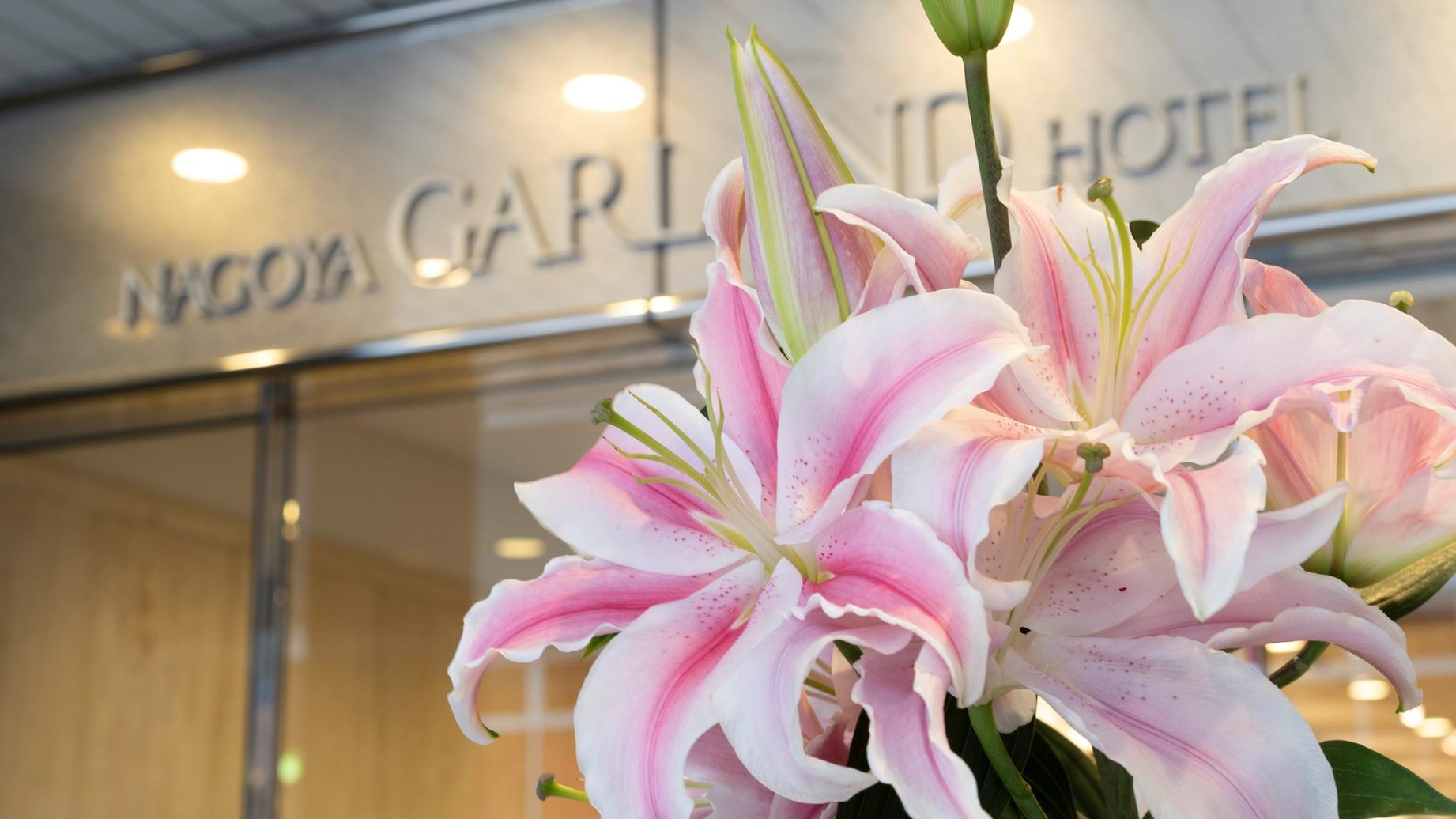 フロントでは、ユリのお花をメインに毎日生花を飾っております。