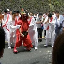 【夏】 神社の天狗に無病息災の意味を込めたこがしを振りまいてもらいます