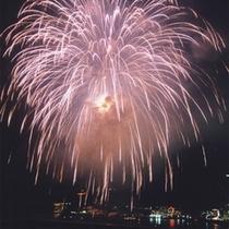 【冬】 冬の夜空にあがる花火も人気です!当館からご覧頂ける大迫力の花火に感動!