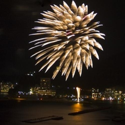【冬】 澄んだ空気の街のイルミネーションと花火を一度に楽しんで