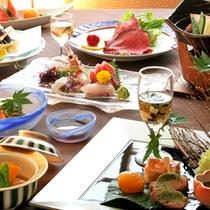 [お食事一例。季節ごとに変わるメニューをお部屋でゆっくりとお愉しみください]