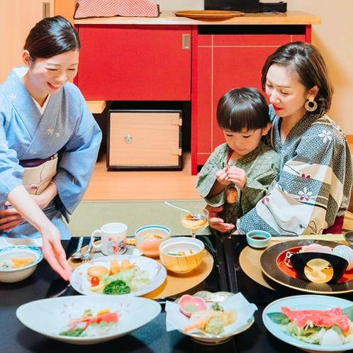 お部屋でゆっくりご夕食。家族水入らずで過ごす贅沢な時間。