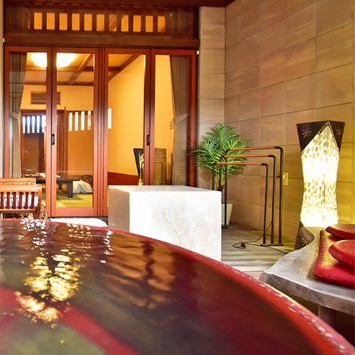 信楽焼の丸い浴槽で身体の芯から温まる半露天風呂付き客室【珊瑚-sago-】
