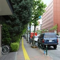 通りに沿って直進して下さい。