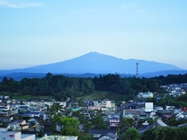 【施設周辺】富士山にそっくりなシルエットの鳥海山