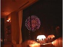 毎年8月7日の1万発花火大会をロビーにて