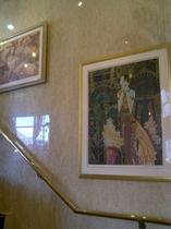 館内は様々な絵画が展示されております。
