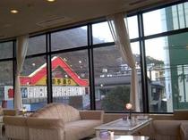 ロビーから見える温泉アーチ。当館から飲食店街までは徒歩5分で行かれます。
