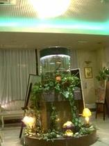 ロビー中央には円筒形の水槽と照明が飾られております。