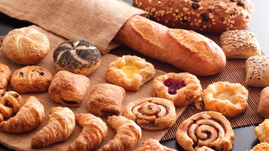 クロワッサンからデニッシュまで種類豊富な焼き立てのパンをどうぞ。