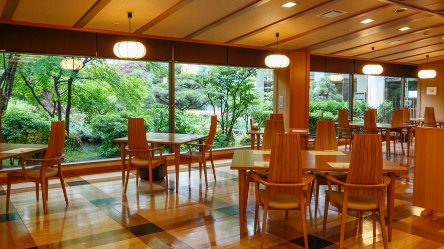 日本庭園を眺めながらお食事をお楽しみいただけます。