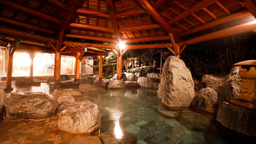 外に広がる庭園露天風呂。夜はライトアップもされて奇麗です。