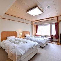 *ツイン(本館西側)/白を基調とした客室に注ぐ志賀高原の日差し。長野の大自然をお部屋からも感じて。