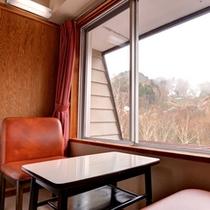*和室(本館西側)/窓辺に腰かけて、志賀高原の自然豊かな景観をご堪能下さい。