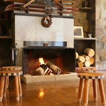 *【館内】暖炉の暖かい火のそばで、ゆったりディナーをどうぞ。