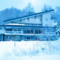 *【外観 冬】白樺の霧氷に囲まれています。白い世界の中の静かな宿です。