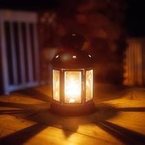 *【ランタン】夜間はランタンが足元を照らしています。