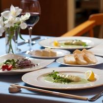 *【夕食全体例】料理長が腕によりをかけた逸品をご提供、フレンチコース仕立て+ビュッフェスタイル