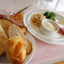 *【朝食全体例】シャキシャキサラダやパン・手作りジャムなどが人気の洋食です!