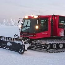 *横手山のスノーモンスターと雪上車/一面樹氷に包まれる神秘的な横手山。