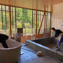 大浴場の浴槽は毎日お湯を抜き塩素による洗浄消毒をし、さらに高温水高圧噴射機にて洗浄消毒しております。