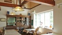*食堂/天井が高く、明るいスペース。一角にはキッズスペースもあります。