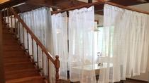 *食堂/新型コロナウィルス感染予防対策として仕切りのカーテンを設置しています。