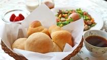 *朝食一例/自家製焼きたてのパンは地産小麦を使用しています。