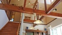 *館内/食堂の天井が高く、広々とした空間でおくつろぎいただけます。