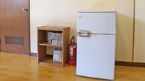 *共用設備/館内には共用の冷蔵庫と本棚がございます。
