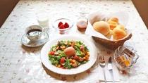 *朝食一例/自家製の燻製(ベーコンやスモークチキン)、自家製焼きたてパン、卵料理、サラダ等の洋食